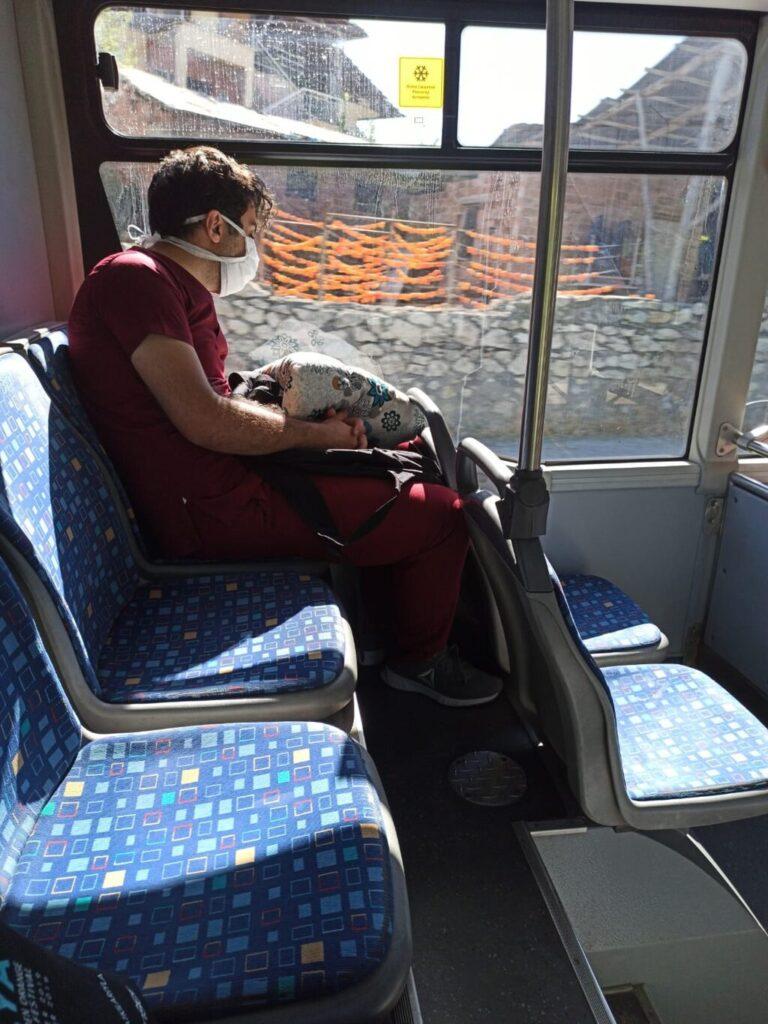Sağlık Çalışanı Otobüste Uyuya Kaldı